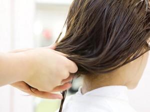 濡れた髪の水切りをする美容師の手元